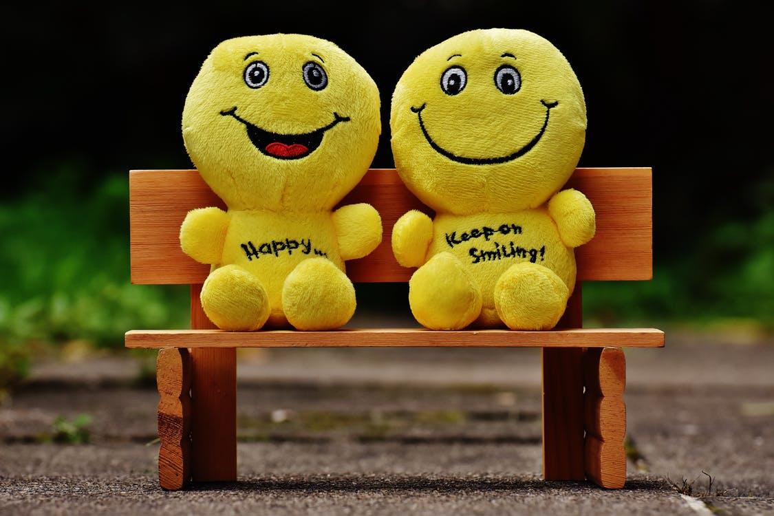 Хөгжилтэй, инээж хошигнож, наргиантай байх нь сэтгэл санааг тайвшруулж аливаа өвчний эсрэг биеийн эсэргүүцлийг сайжруулахад сайн нөлөөтэй байдаг. Мөн бусадтай эелдэг сайхан харьцах нь сэтгэл гутрал, стресс, сэтгэцийн эмгэг зэргээс сэргийлэхэд нэн тустай. Стресс нь хүний эрүүл мэндэд хэрхэн муугаар нөлөөлдгийг бид сайн мэднэ. Тиймээс стрессийг багасгахын тулд замын хөдөлгөөнд боловсон оролцохоос гадна бие биедээ хүлээцтэй хандаж сурах хэрэгтэй. Энгийн зүйлсээс л бид бие биенийхээ сэтгэл санааг дэмжиж болно. Тухайлбал, лифтэнд буй хүмүүсийг хүндэтгэх, чихэлдэхгүй байх, дэлгүүрт үйлчлүүлэх эсвэл н.jpeg